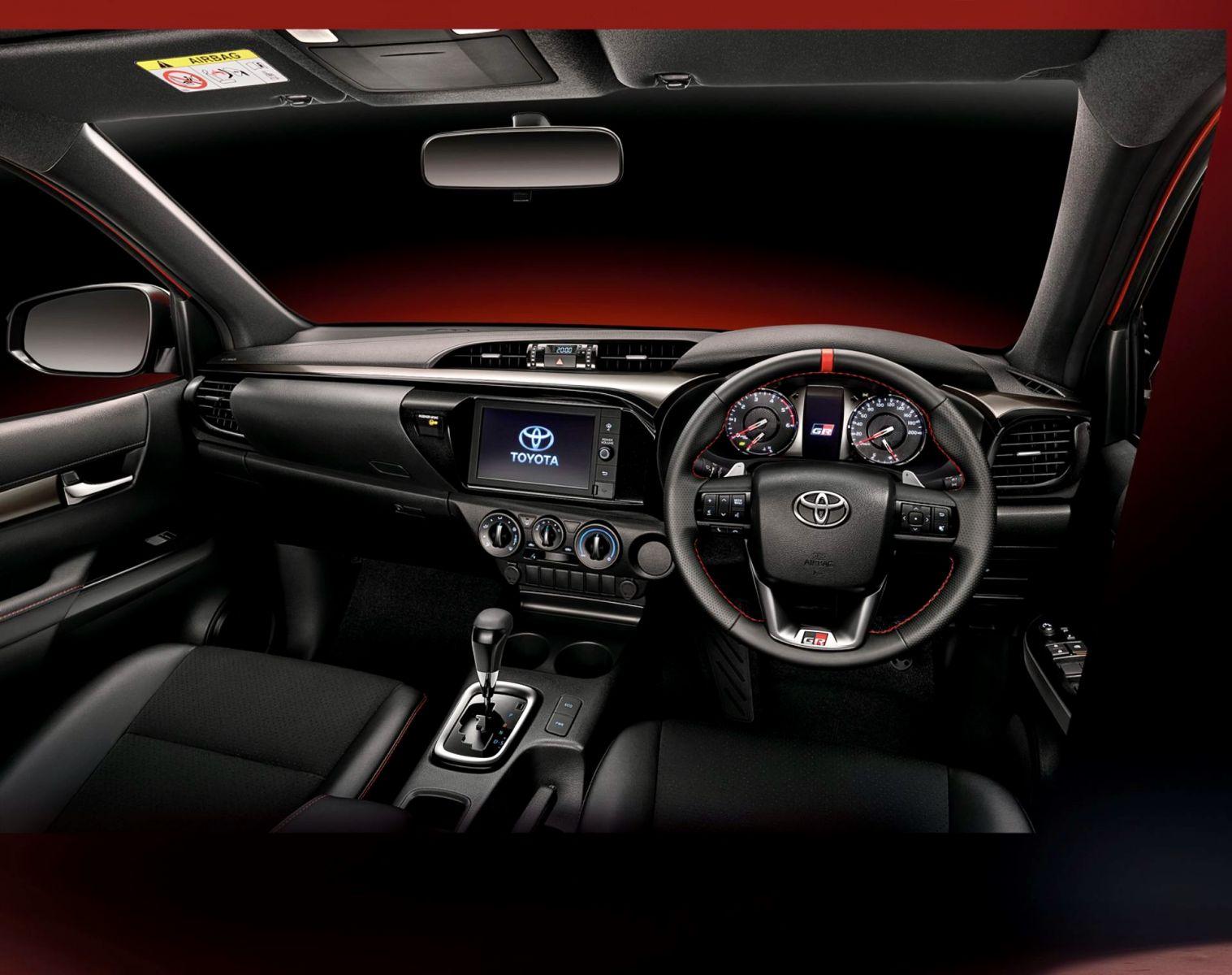 bảng điều khiển và vô lăng Hilux Revo GR Sport